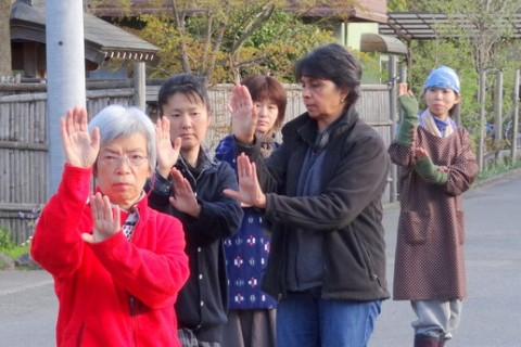 滞在中、メンバーたちに太極拳の指導をするカミラ