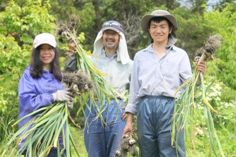 農作業をするゼン(右)とファン(左)