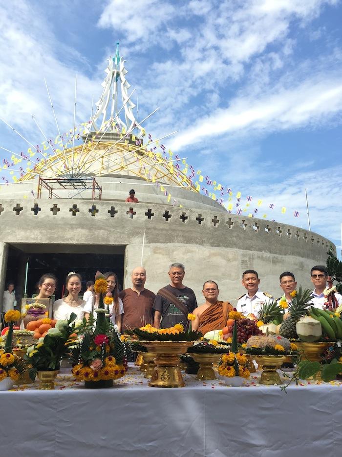 仏塔の前にてプラ・サンコン氏と共に