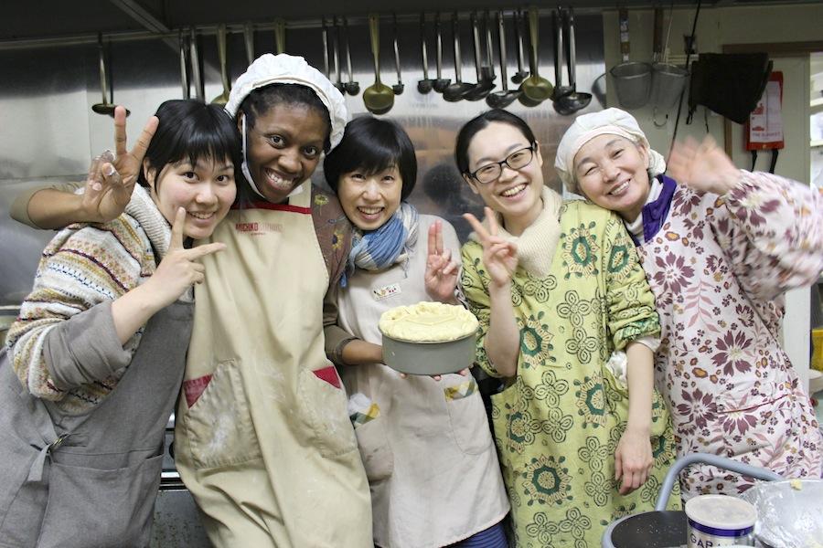 """受講生仲間と一緒にアメリカ式のパイを作るエリちゃん。"""" Sooooo delicious!! """""""