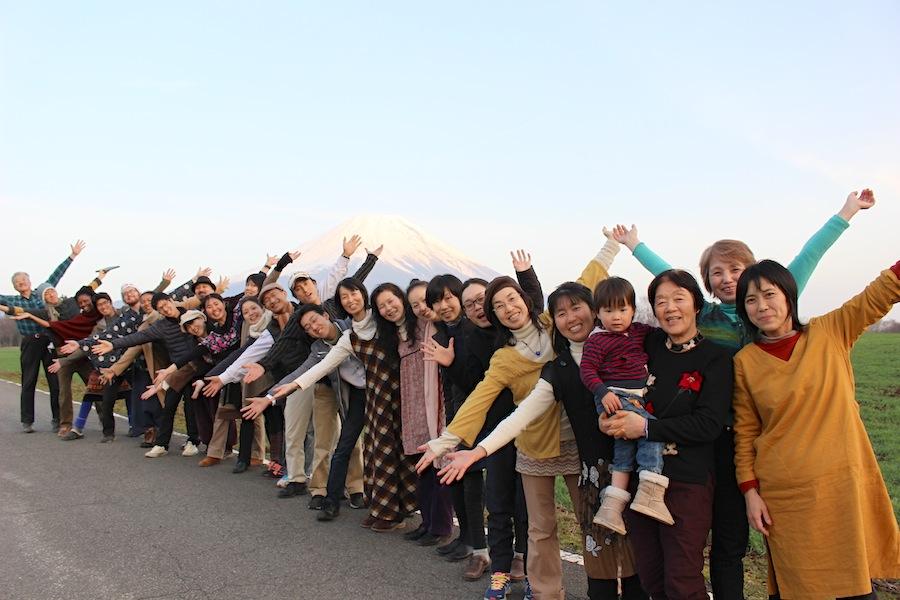 この日、受講生たちと共に長野県の皆神山を訪れた帰り道に富士山の前で記念撮影